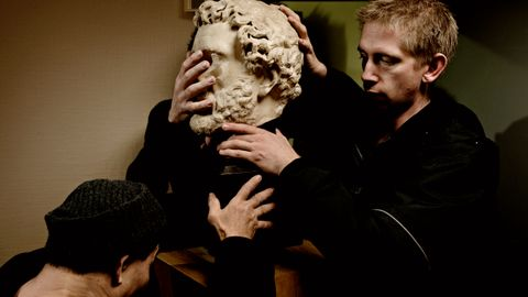 FLYTTING: Varsamt blir det tunge hovudet til den romerske kongen Hadrian pakka ned. Førre Torsdag blei ei lang rekke kunstgjenstandar flytta frå Rekstensamlingene på Fjøsanger til Kode.