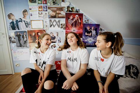 KJENNER DEM NESTEN: De finske venninnene Saga Winqvist (12), Josefina Lindberg (13) og Anna Wackström (12) lader opp til kveldens konsert med Marcus & Martinus på Sagas rom. Jentene har laget T-skjorter der det står #21. Det viser til guttenes fødselsdag, 21. februar. De føler nesten at de kjenner dem.