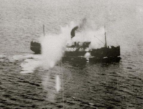 SENKA: Både DS «Austri» (biletet) og søsterskipet «Vestri» blei angripne av allierte fly under krigen, med i alt 22 drepte norske sivile som resultat. «Austri» blei pepra med rakettar og mitraljøsar frå 13 fly i tre omgangar. Foto: Royal Air Force