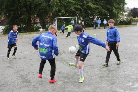 FULLT: Jadakameratene har blitt så mange spillere at de eldste nå trener på Kuventræ, men alle kampene går på grusbanen.