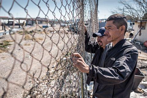 UTESTENGT: Like ved grensen står Oscar Antonio Hénriques og Santiago Barrio (bakerst) og kikker over elva mot USA. De er på flukt fra vold og undertrykkelse i Honduras og Guatemala, og er kommet til grensen mellom Mexico og USA med en karavane fra Mellom-Amerika.