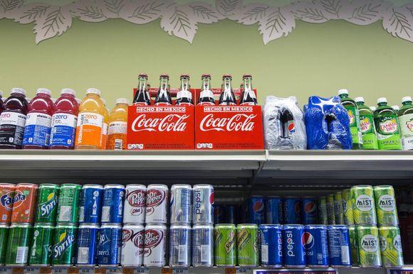 96773062 Coca-Cola importert fra Mexico er blitt et kultfenomen i USA. Og salget  vokser med tosifrede tall, ifølge selskapet. Nå finner man sixpacks med  Mexicola i ...