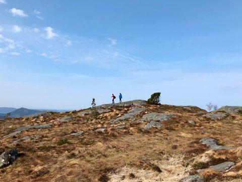 FLYR: Kimmy Frøderberg og She Doh Wha lener seg mot vinden. Det blåste sterkt på vei opp mot Rundemanen.