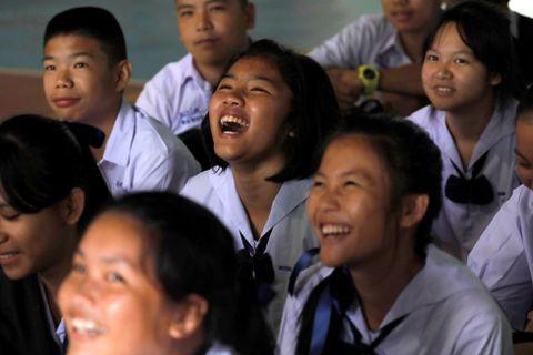GLEDE: Klassekameratene til guttene reagerte med spontan glede da det ble kjent at de første var reddet ut i live.
