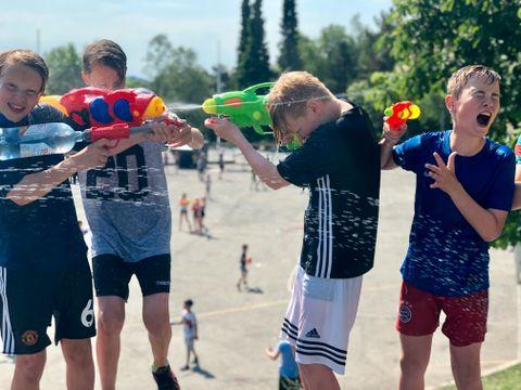 VANNLEK: 6.-klassingene Mikal, Lukas, Adam og Theo måtte stadig fylle på vanngeværene sine!