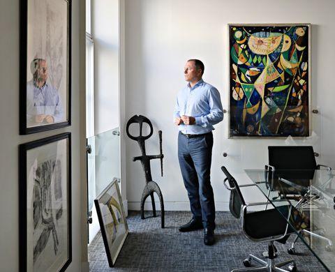 Kontorene til Nicolai Tangens firma AKO Capital i London er fullstappet med kunst. Til høyre maleriet Mask composition av danske Egill Jacobsen. Til venstre bronseskulpturen Le Combattant av danske Sonja Ferlov Mancoba.