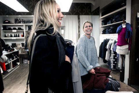 VALGETS KVAL: Burgunder eller grå strikkegenser? Billige er de uansett og Trine Dingeland (til h.) er i tvil om hva hun skal velge. Datteren Benedicte (til v.) er med på shoppingrunden på Kløverhuset.