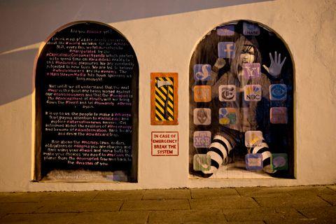 UNDER BROEN: «In case of emergency, break the system» er gatekunstner AFKs siste verk og er en oppfølger til babybildet «Awakening», som tidligere sto under Smørsbroen.