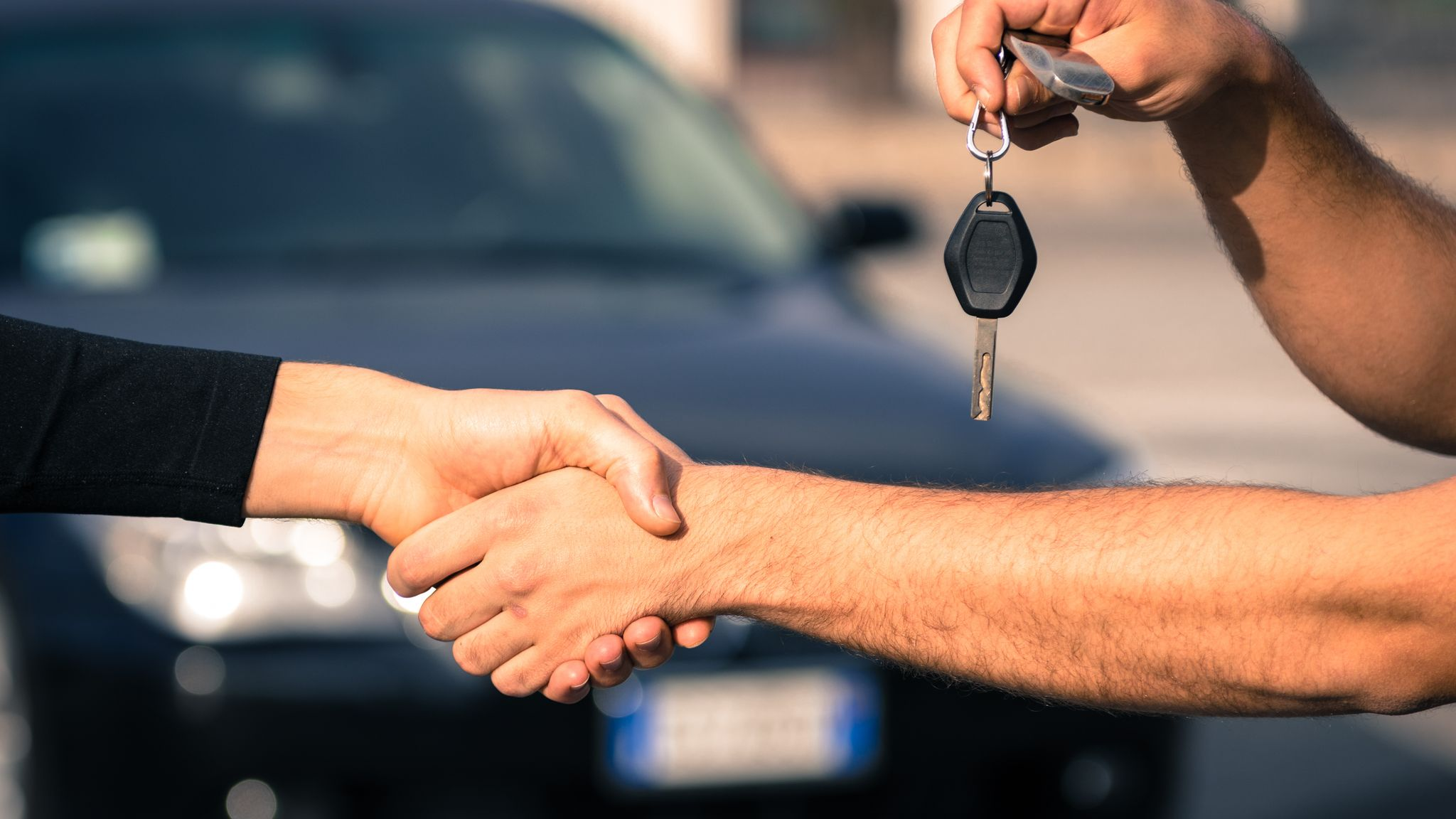 df341c49 15 prosent prøvekjører ikke bilen før de kjøper den og 40 prosent skriver  ikke kontrakt ved eierskifte, ifølge NAF. Shutterstock