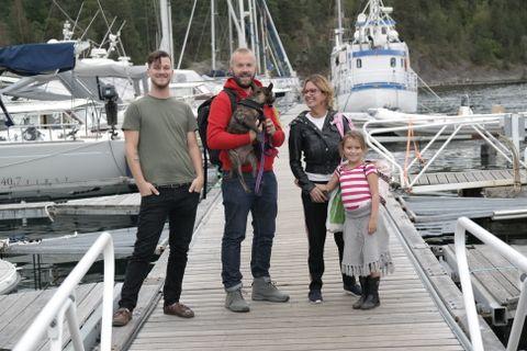 Gode båtnaboer. Fra venstre: Ivan Alexander Reigstad, Simon Graves med hunden Barney og Katarina Holstad med datteren Linda.