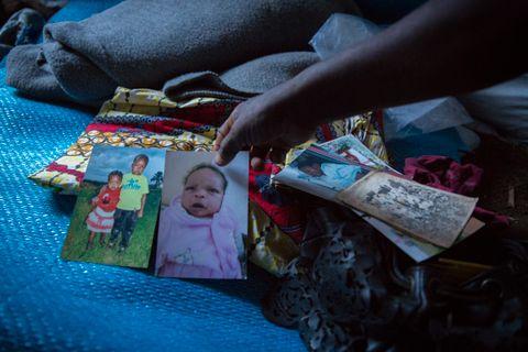 MINNENE: Yebaze tok med seg noe av det kjæreste hun eide da hun flyktet: Bilder av barn og barnebarn.