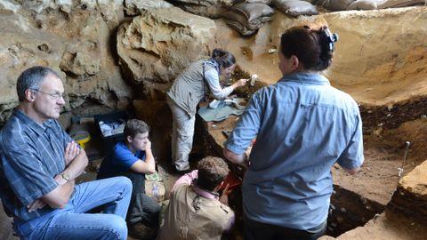 SENSASJON: Professor Chris Henshilwood ved Universitetet i Bergen og forskerteamet i arbeid i Blombos-grotten fire mil fra Cape Town i Sør-Afrika, hvor verdens eldste tegning ble funnet. Utgravingen av de tre meter tykke kulturlaget fra 70-100.000 år siden startet i 1991.