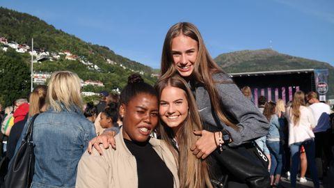 – HELT VILLE: – Ble litt mye hopping fremme på konserten. Vi var helt ville! Så nå må vi hvile litt, sier Isabel (17) (midten). Hun er sammen med venninnen Karoline (15) (til venstre) og stesøsteren Angelina (15).