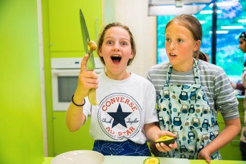 GUACAGØY: Embla treffer rett på avokadosteinen når hun lager sin første guacamole sammen med Viola.