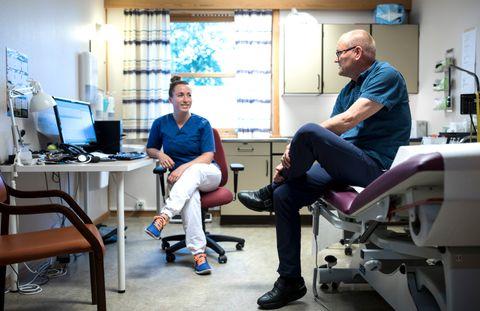 RÅDGJEVAR: Michelle Hansen er ute i legejobb for første gong og søkjer råd hos veteranen Rolf Martin Tande.