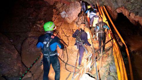 GROTTEN: Dette bildet fra den thailandske marinen viser redningsmannskapene i arbeid inn i de smale grottegangene. Den største utfordringen var å få fraktet guttene ut gjennom strekningene som lå under vann.