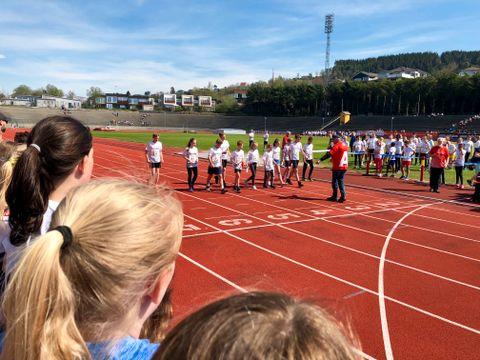 FORKLARTE: Arrangøren forklarte hvor løperne fikk lov til å stå. Alle måtte stå på den hvite linjen.