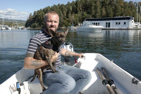 Simon Graves og hunden Barney – eller Barnacle som han egentlig heter – er begge glade i sjøen.