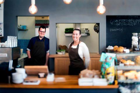 LEVERER VARENE: Kokkeparet Sondre Emil Haugen Wikum og Ane Furnes Berland leverer topp kvalitet i kafeen Æra på Askøy.