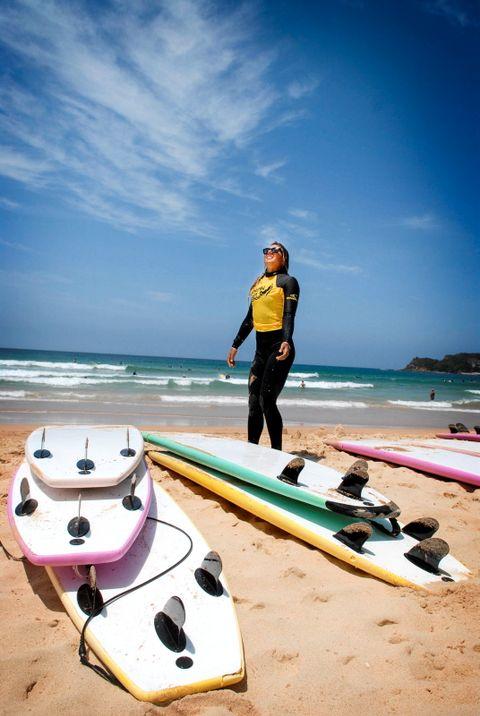 Melissa Pretorius (23) jobber som surfeinstruktør om sommeren. Resten av året reiser hun rundt i verden for pengene hun har tjent.