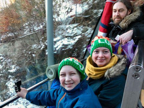 OVERNATTET: Adin (11) og foreldrene Tove og Terje er på vei ned fra Fløyen etter å ha overnattet i Tubakuba (mini-hytte på Fløyen). – Det er fint der! Dette var tredje besøket vår der, forteller familien.