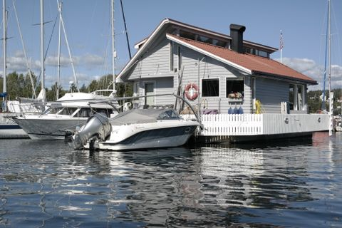 Noen husbåter har både terrasse med utemøbler og blomster.