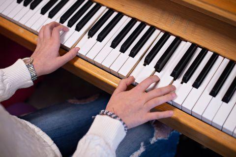 SANGER: Musikkterapien på sykehuset er en av få ting som gir jenten glede. Når hun skriver sangtekster klarer hun å sette ord på følelsene sine.