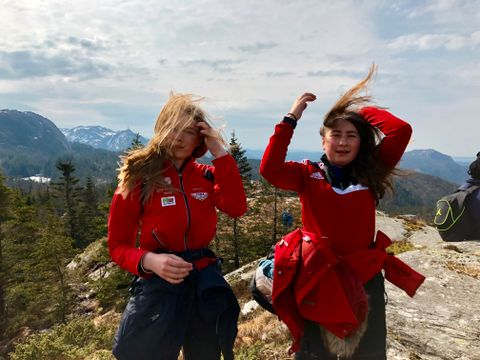 VINDFULLT: Christina Hallsets og Yasmin Sveen går på Steinerskolen på Skjold. – Denne turen er litt slitsom! Det er så bratt, sier Yasmin.