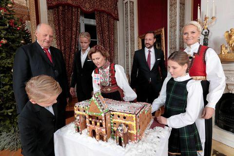 Både pepperkakehus, juletre og kongefamilien er en viktig del av julen for mange nordmenn. Men julevanene våre er i endring.