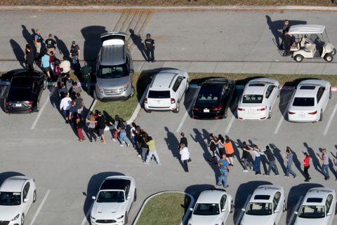 EVAKUERTE: Elevene fra skolen ble evakuert ut av skolen. De måtte gå med hendene over hodet for å vise at de ikke hadde våpen.