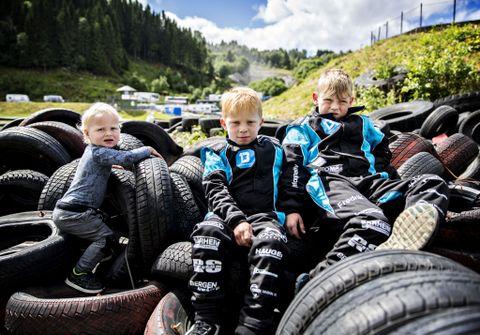 STORTRIVES: Nathaniel (2), Leander (6) og Fredrik (8) koser seg på Eikås. De to sistnevnte elsker fart og moro, mens yngstemann gleder seg til det blir hans tur.
