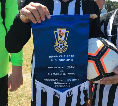 VIMPEL: Fotballaget fra Malta hadde med vimpler til Nymark-laget. – Det var skikkelig kult, mener Benjamin.