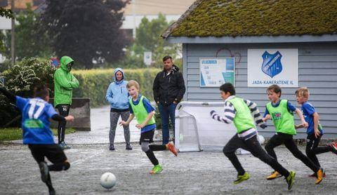 MOSEGRODD: Ved siden av grusbanen står «klubbhuset», en liten, mosegrodd sportsbod. Foran står Sturle Gaassand t.v., Gunnhild Brekke og Fredrik Birkenfeldt.
