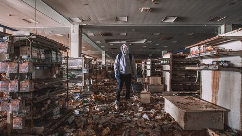 UTFORSKEREN: 18-årige Markus fra Bergen lever for å besøke utilgjengelige steder. Dette selvportrettet tok han i en butikk i nærheten av atomulykkesstedet Fukushima i Japan.