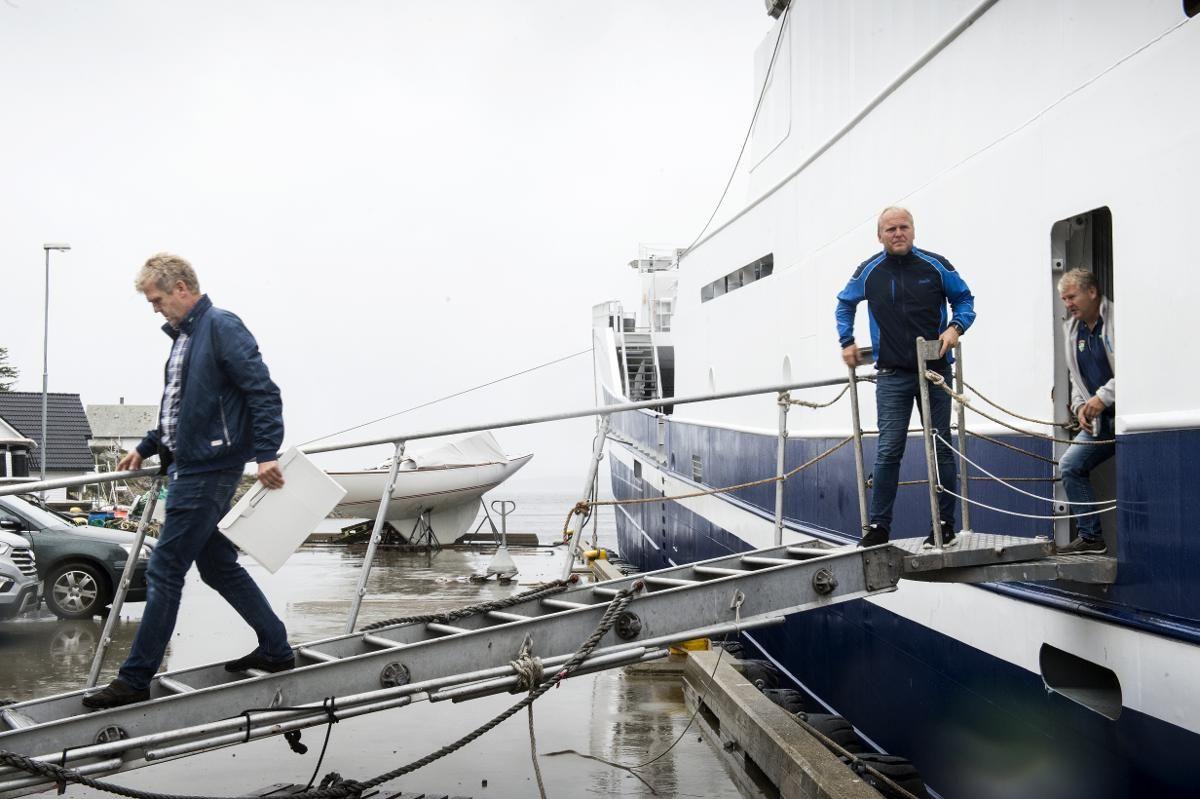FROM TURKEY WITH LOVE: Ringnotbåten «Østerbris» ble levert i 2014 fra Tyrkia, og er en av landets største av sitt slag. På landgangen går brødrene f.v. Olav O. Østervold, Christian Østervold, John Harald Østervold.