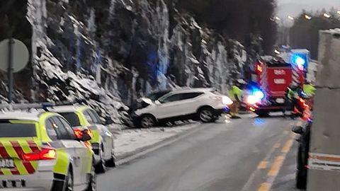 FRONTKOLLISJON: Veien var stengt i en time etter ulykken.