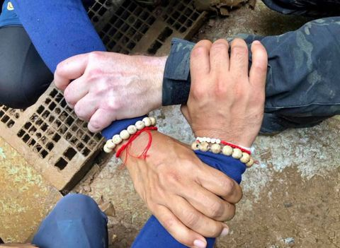 SYMBOLISERER SAMARBEID: Dette bildet, som ble lagt ut på den thailandske marinens Facebook-side, er ment å symbolisere det internasjonale samarbeidet for å få ut de innesperrede guttene.