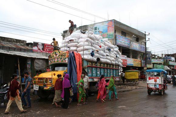c0434d68 Tekstilfabrikkene ligger tett i tett i industriområdet Gazipur. Lastebilen  er lastet med tøyrester som er kjøpt billig. De skal bli til tepper.