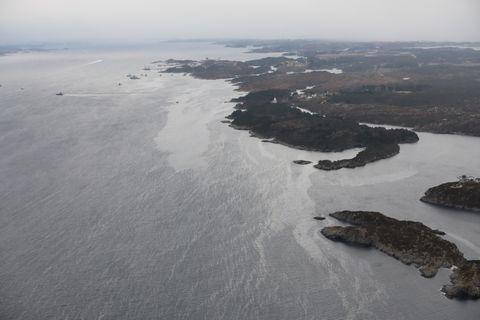 DRIVER NORDOVER: Diesel som var lagret under Fregattens helikopterplattform har lekket ut i sjøen. Flakene med drivstoff er observert drivende nordover.