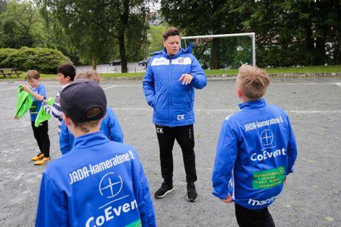 LAGLEDER: Christoffer Kobbeltvedt med de siste instruksene før Jadakameratene tar turen til Voss cup.