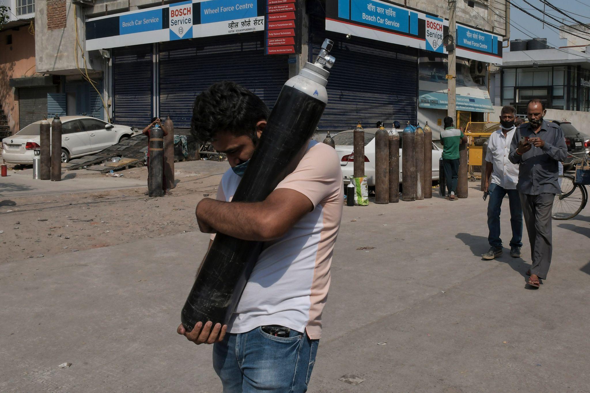 Unge jobber 14-timersskift for å redde liv i India. Ekspert advarer om forferdelige uker i vente.