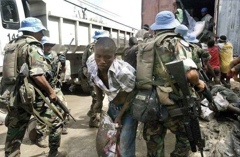 Naudhjelp på Haiti plyndra framfor auga på Ban Ki-moon