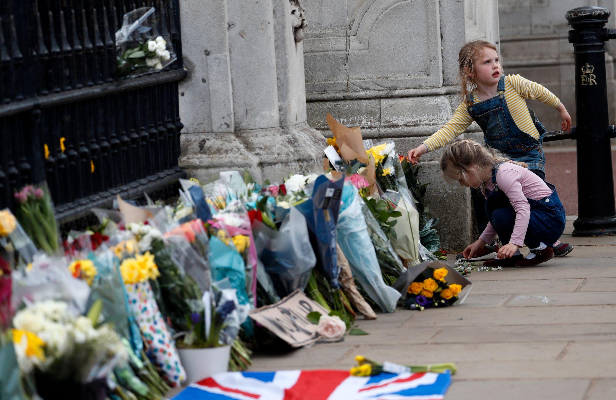 Britene hedrer prins Philip og sørger med dronningen