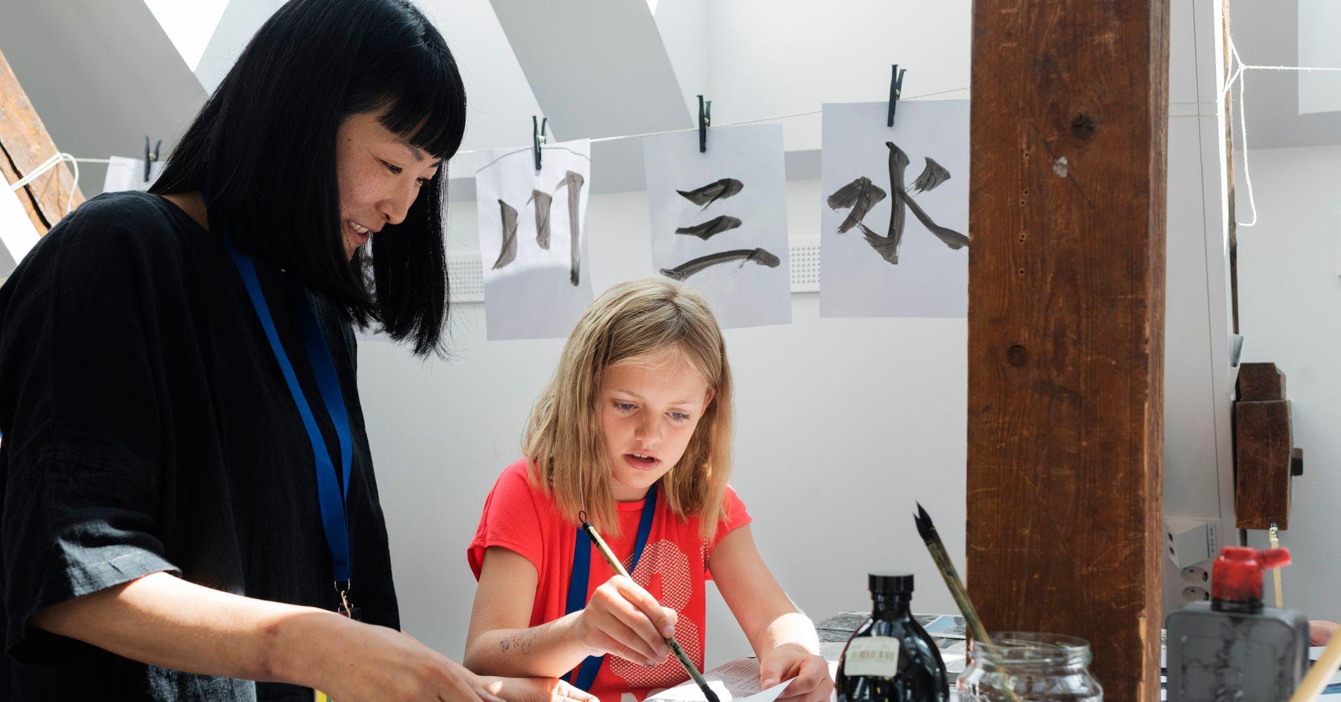 De vil motvirke hverdagsrasisme mot asiater. Nå underviser de barn i drager og dumplings.