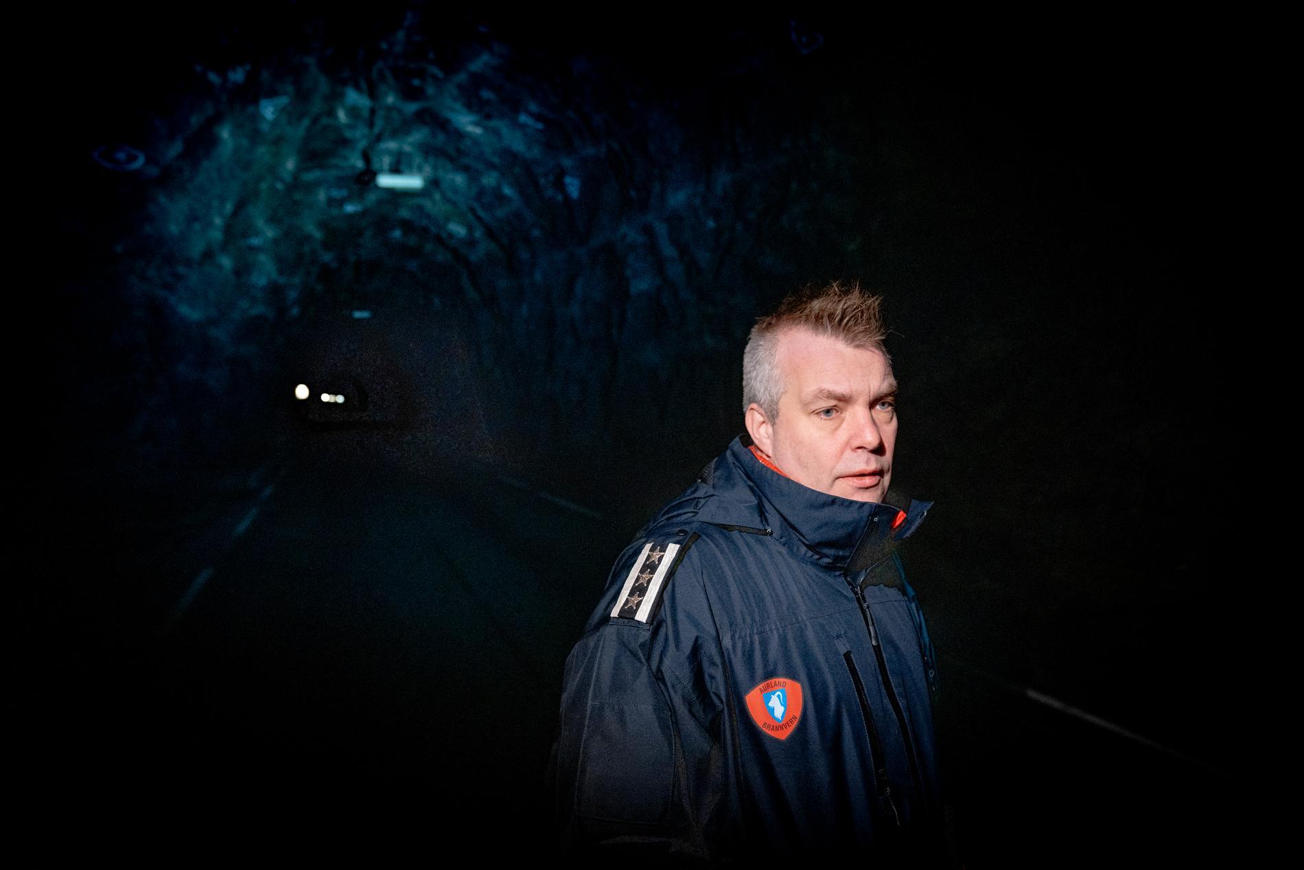 Reinhard Sørensen inne i en helt mørklagt tunnel.