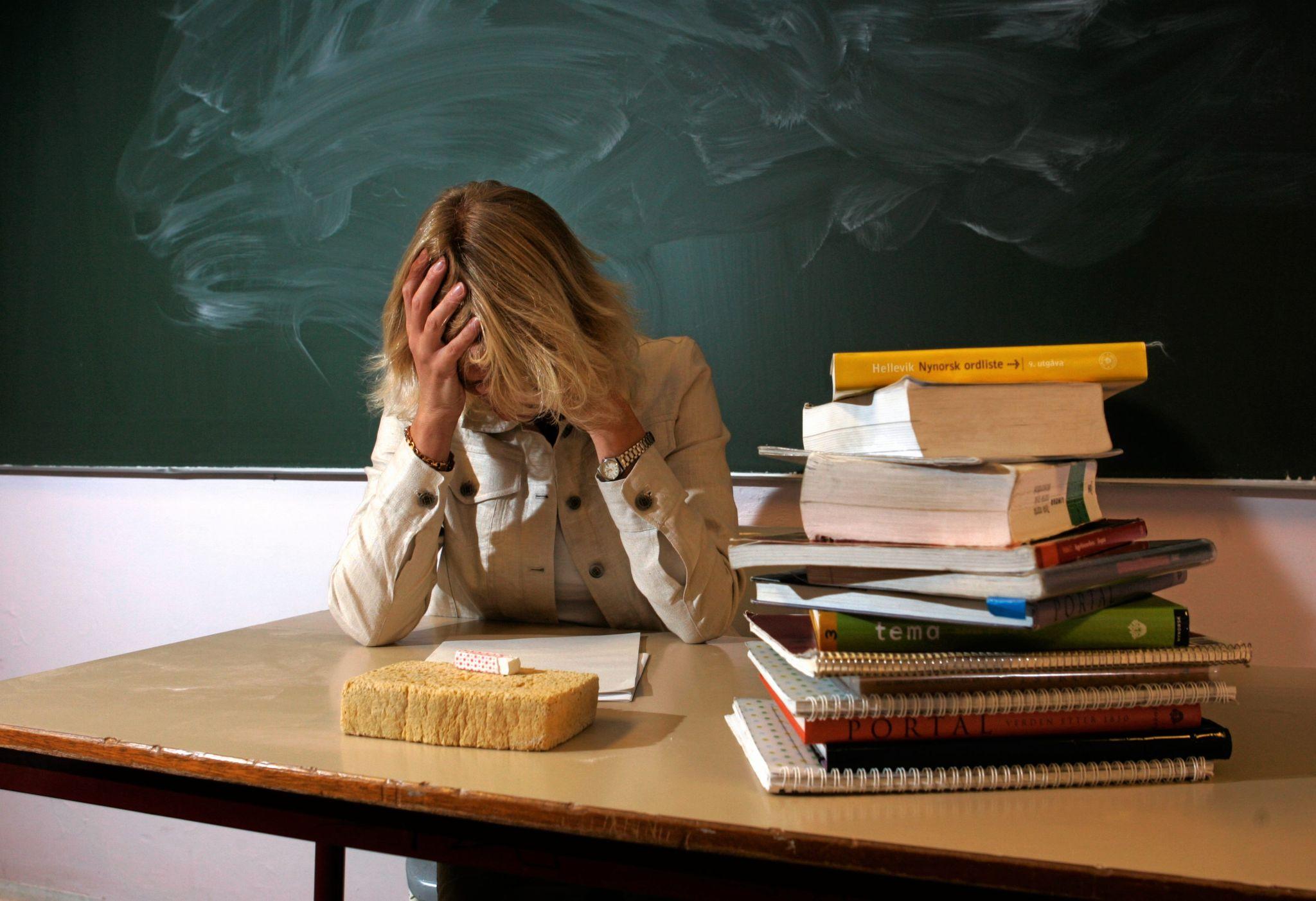 Lærere får steiner og stoler kastet etter seg